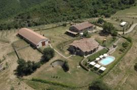 Fantastic farmhouse with pool and farmland